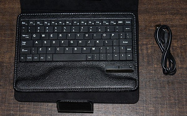 Keyboard and charging cable Google Nexus 7 Keyboard Case   Review